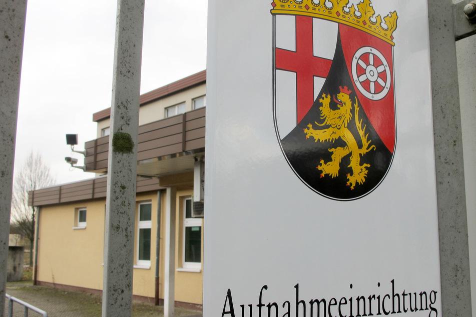 """Ein Schild mit der Aufschrift """"Aufnahmeeinrichtung"""" ist am Haupteingang der Asylbewerber-Unterkunft in Trier angebracht. (Archivbild)"""