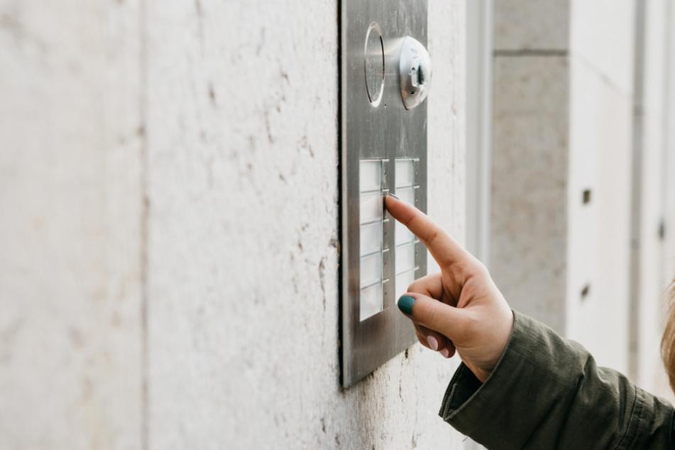 Frau will bei der Stadtverwaltung klingeln, doch sie begeht fatalen Fehler