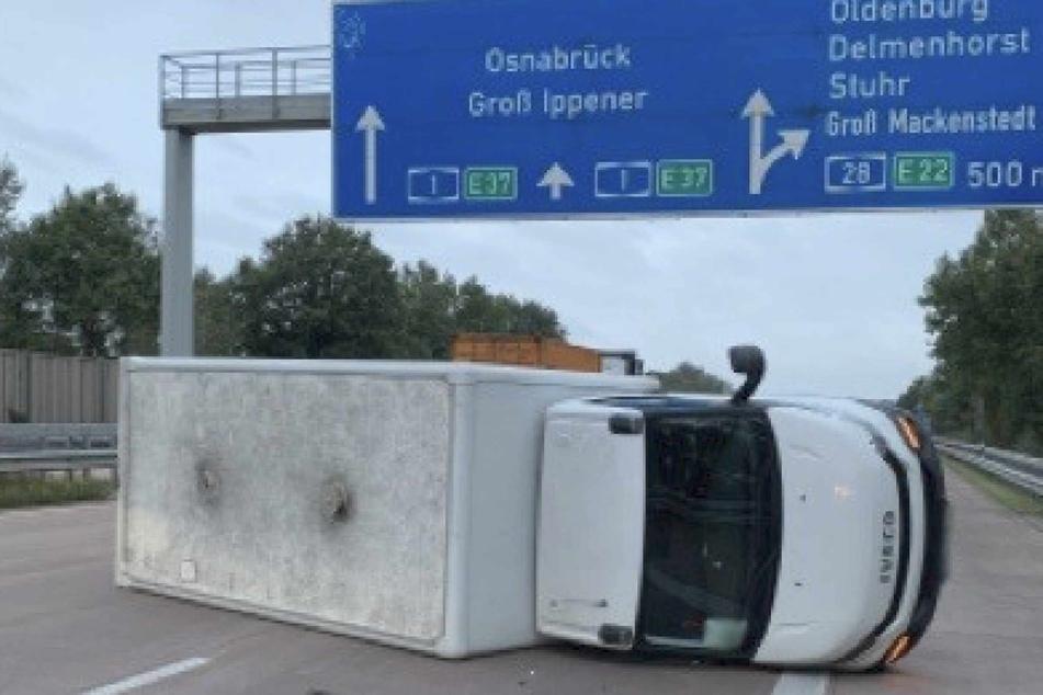 Der Kleintransporter kippte auf die Seite und blieb über zwei Fahrstreifen liegen.