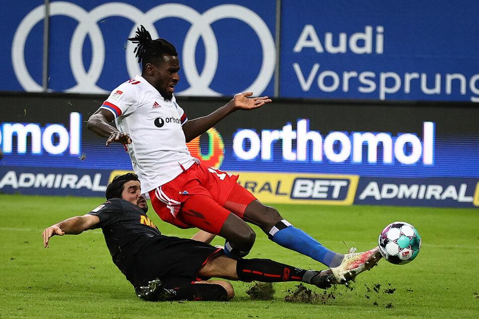 Antreiber Bakery Jatta (o) erzielt im Zweikampf mit Regensburgs Oliver Hein das 3:1 für den HSV.