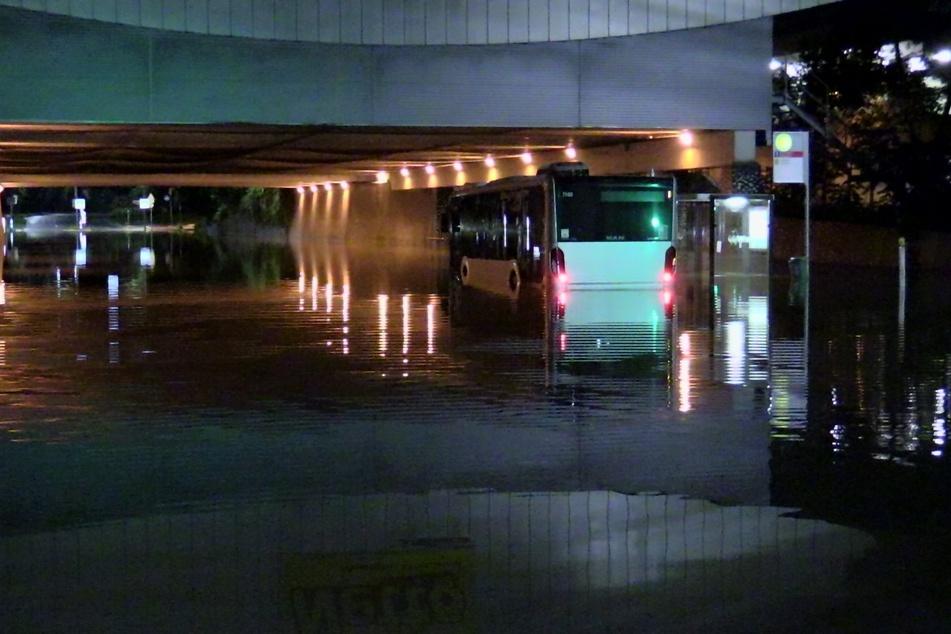 Ein Linienbus blieb in Düsseldorf an einer Unterführung auf der Koblenzer Straße in den Wassermassen stecken.