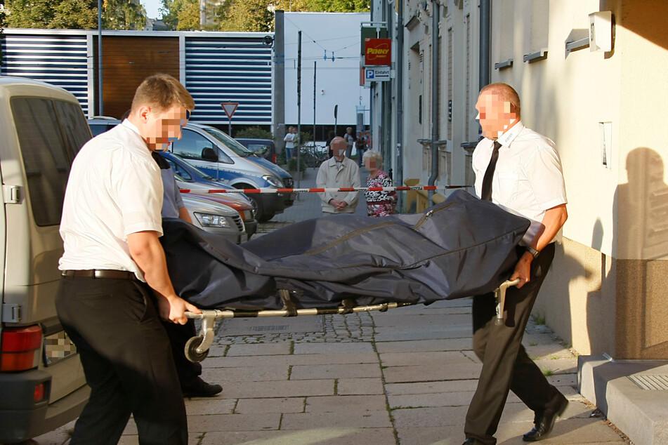 Chemnitz 2011: Michael K. (51) wird aus seiner Wohnung nahe der Lutherkirche getragen. Der damals 51-Jährige wurde mit 53 Messerstichen getötet.