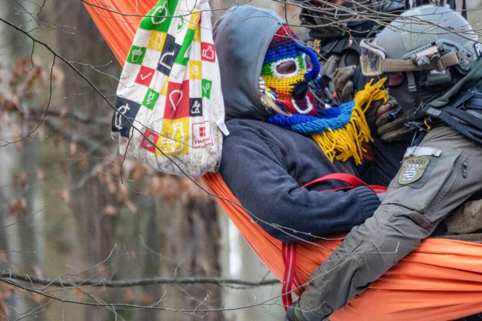 Beamte der Polizei holen einen Aktivisten aus einer Hängematte im Dannenröder Forst.