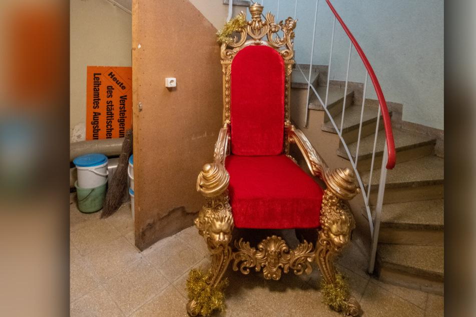 Im Treppenhaus des Fundamts steht ein goldener Thron. Dieser wurde im Frühjahr 2019 von der Polizei in Augsburg gefunden und wartet seitdem auf seinen Eigentümer.