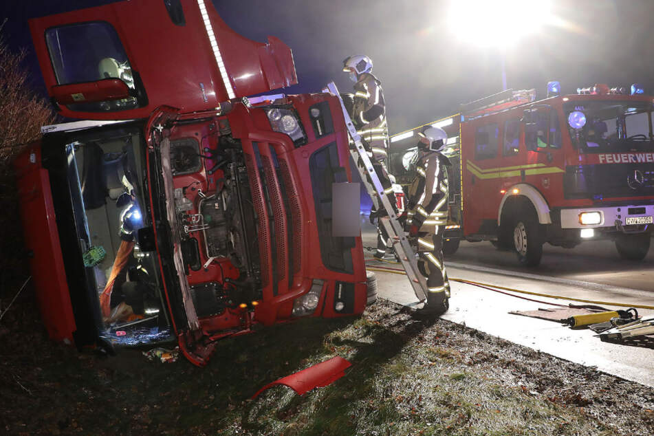 Fahrer und Beifahrer sollen bei dem Unfall verletzt worden sein.