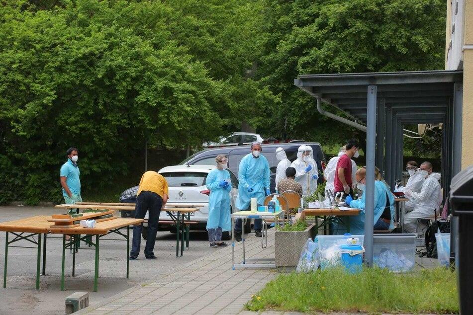 Vor dem Haus wird getestet. Das Brand und Katastrophenschutzamt organisiert zudem die Versorgung der Bewohner mit Grundnahrungsmitteln.