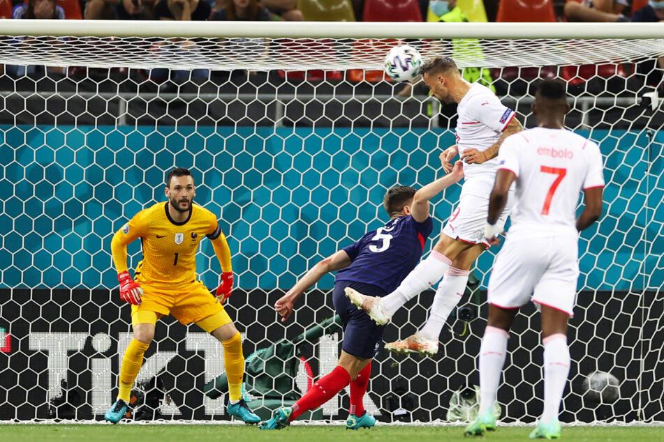 Die überraschende Führung: Ex-Eintracht-Stürmer Haris Seferovic (2.v.r.) schüttelt Barca-Verteidiger Clement Lenglet (2.v.l.) wie eine lästige Fliege ab und köpft in die linke Ecke zum 1:0 für die Schweiz gegen Frankreich ein.
