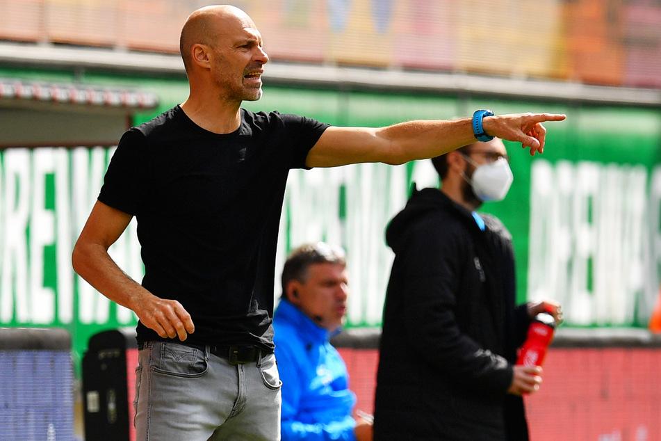 Er gibt die Zweitliga-Richtung vor: Dynamo-Trainer Alexander Schmidt (52) bittet zur ersten Einheit.