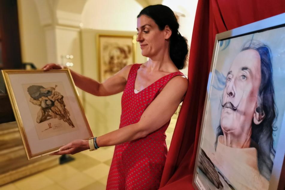 Ina Klemm (44) zeigt eine der Dalí-Lithografien, die unter den Besuchern der Ausstellung verlost werden.