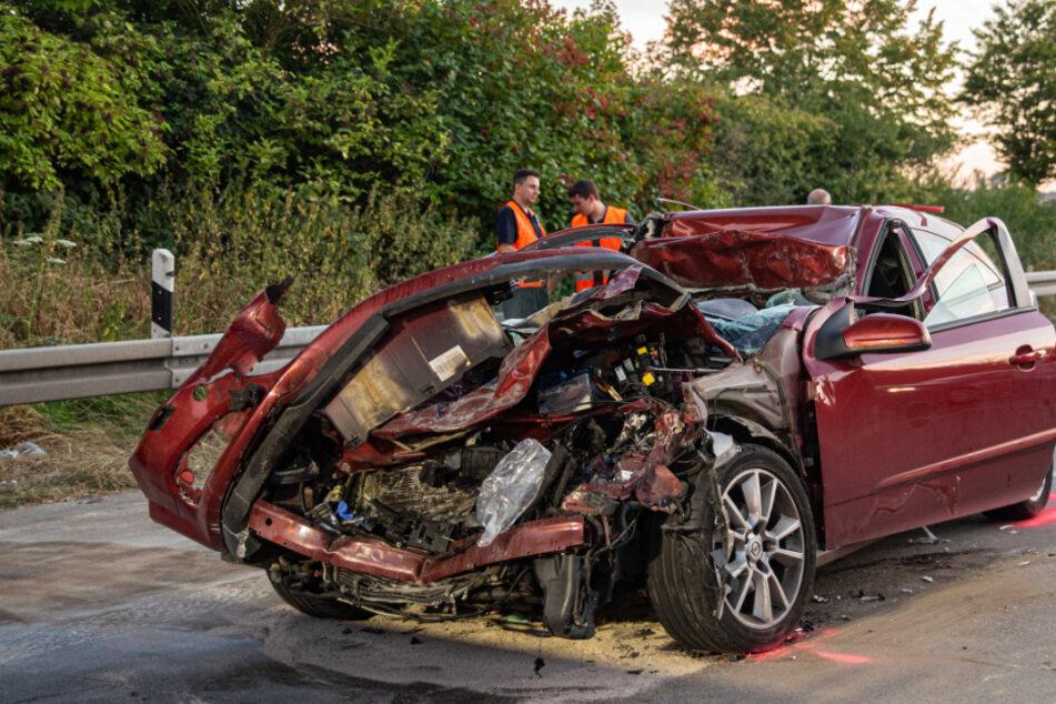 Auto rast in Stauende auf A4, Fahrer offenbar lebensgefährlich verletzt