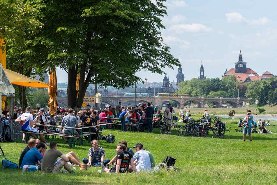 Himmelfahrt 2020 am Dresdner Elbufer: Damals waren die Biergärten auf. Dieses Jahr müssen wir uns ein wenig länger gedulden.