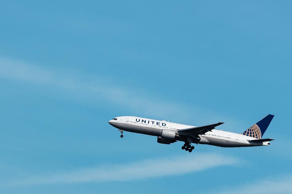 Ein United-Airlines-Flugzeug hebt in Frankfurt/Main ab. (Symbolbild)