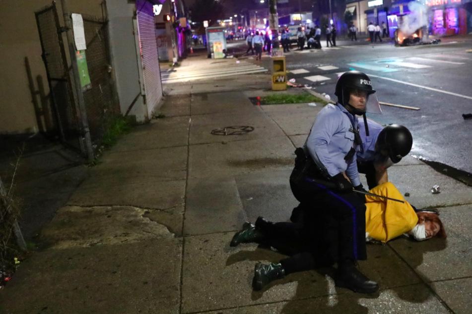 Polizisten töten Schwarzen: Erneute Ausschreitungen in den USA
