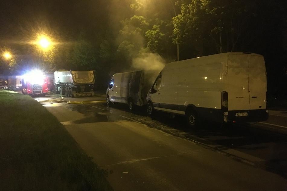In Berlin-Hellersdorf wurden am Dienstagabend zwei Transporter angezündet.