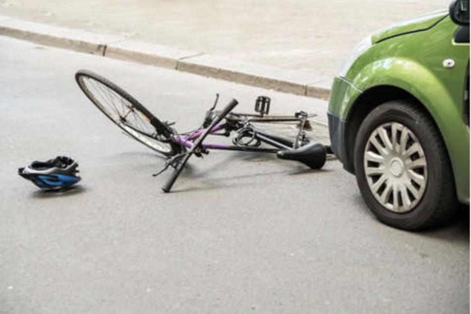 Unfall an Kreuzung bei Leipzig: Radfahrer (82) erleidet Verletzung am Kopf