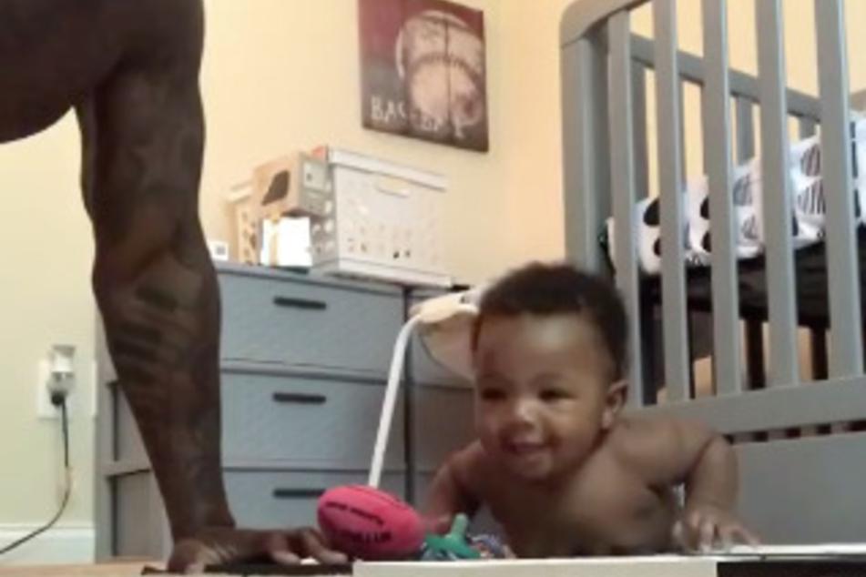 Mit nur sechs Monaten: Baby macht mit Papa Liegestütze