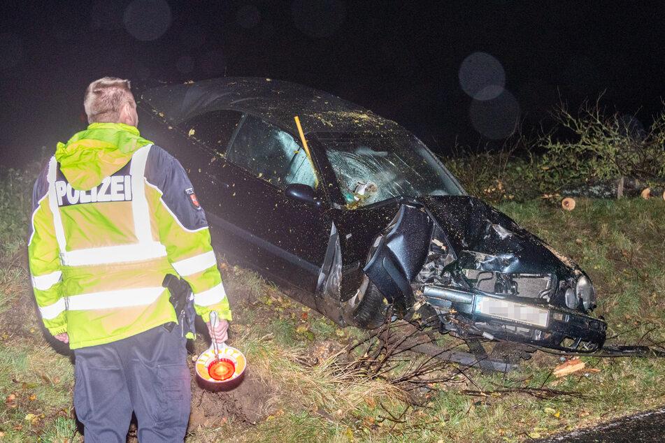 Baum kracht nach Kollision auf Mercedes, Fahrer verletzt