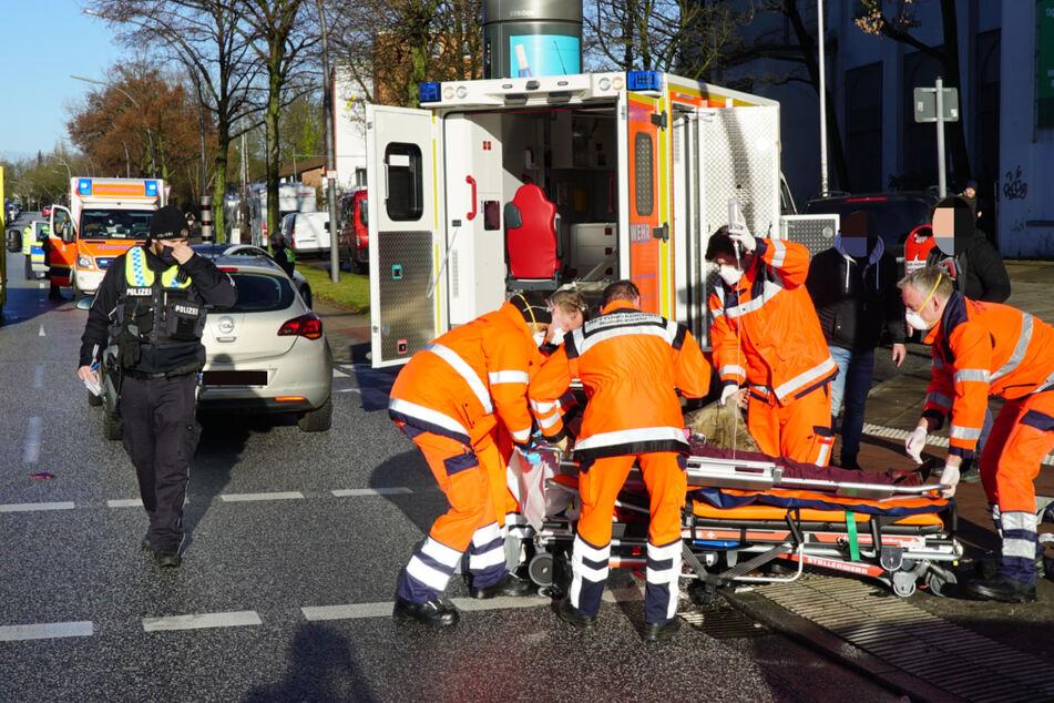 Heftiger Verkehrsunfall: 85-jähriger Fahrer erfasst zwei Fußgängerinnen