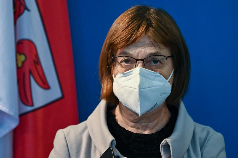 Wegen der weiter steigenden Infektionszahlen hat Brandenburgs Gesundheitsministerin Ursula Nonnemacher (63, Grüne) die Krankenhäuser angewiesen, Betten für Covid-Patienten frei zu halten.