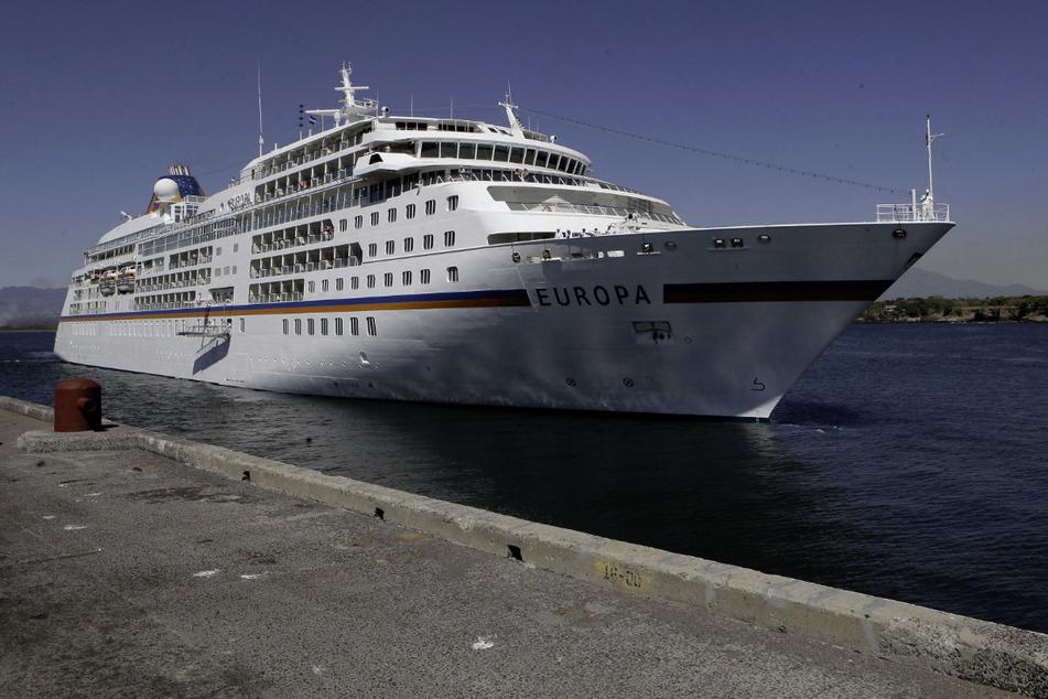 """Das Kreuzfahrtschiff """"MS Europa"""" gehört zur Hamburger Reederei Hapag Lloyd Cruises und steuert zahlreiche Ziele auf der Welt an. (Archivbild)"""