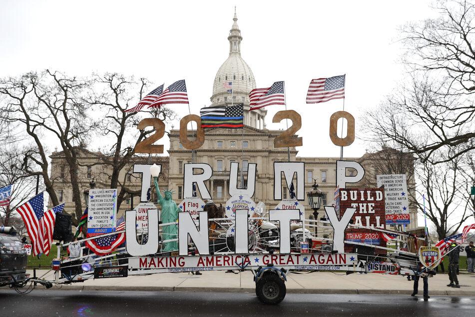 Zahlreiche Menschen protestierten vor dem Kapitol in Michigan gegen die Anweisungen von der Gouverneurin Gretchen Whitmer.