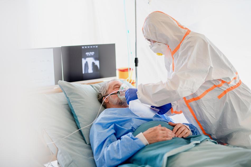 Laut Krause gelte es besonders die Menschen zu schützen, die ein höheres Risiko für einen tödlichen Verlauf haben. (Symbolbild)