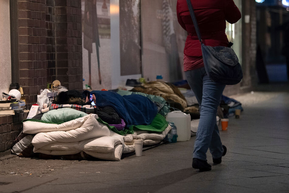 Obdachlose haben ihr Lager unter einer Brücke an der Friedrichstraße aufgeschlagen.
