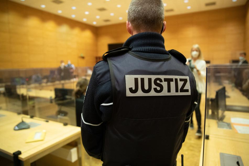 Ein Justizbeamter im Landgericht von Bielefeld. Der Angeklagte soll aus Wut seine Schwägerin erschossen haben.