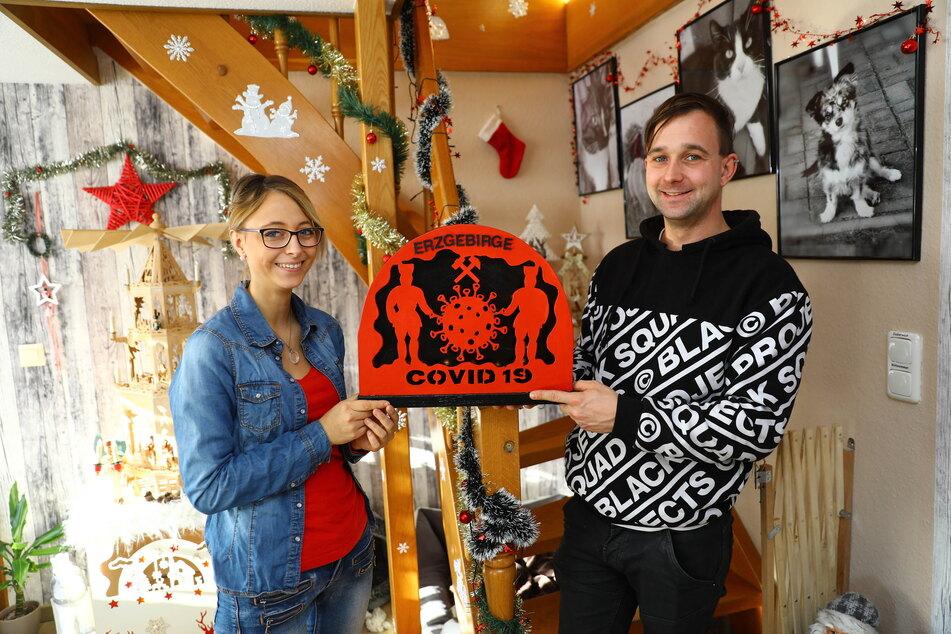 Mit dem Corona-Schwibbogen wollen Nicki (23) und Benjamin Hertzsch (30) ein Zeichen für den Zusammenhalt im Erzgebirge setzen.