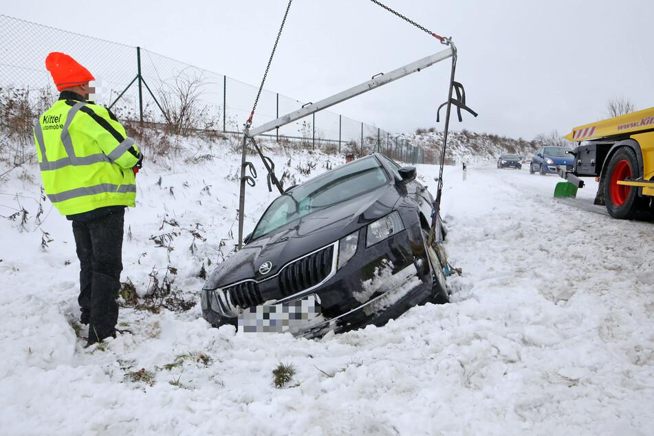 Ein Skoda-Fahrer landete am Dienstag im Straßengraben - er wurde leicht verletzt.