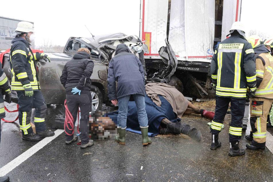 Unfall A94: Horror-Unfall mit Pferdeanhänger: Tier verendet auf Autobahn