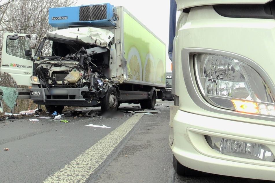 Der Lkw krachte in einen anderen Laster am Stauende.