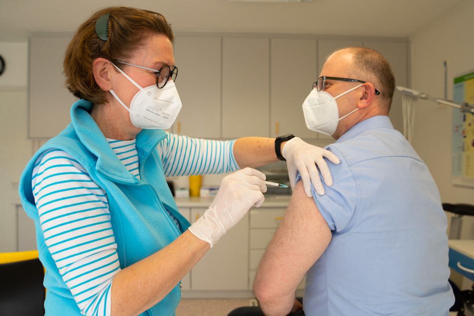 Die Hausärztin Birgitt Lucas verabreicht einem 49-jährigen Patienten die erste Impfung gegen Covid-19. Hausärzte in Stadt und Landkreis Hof dürfen ihre Patienten individuell gegen Corona impfen und somit von der Impfreihenfolge abweichen.