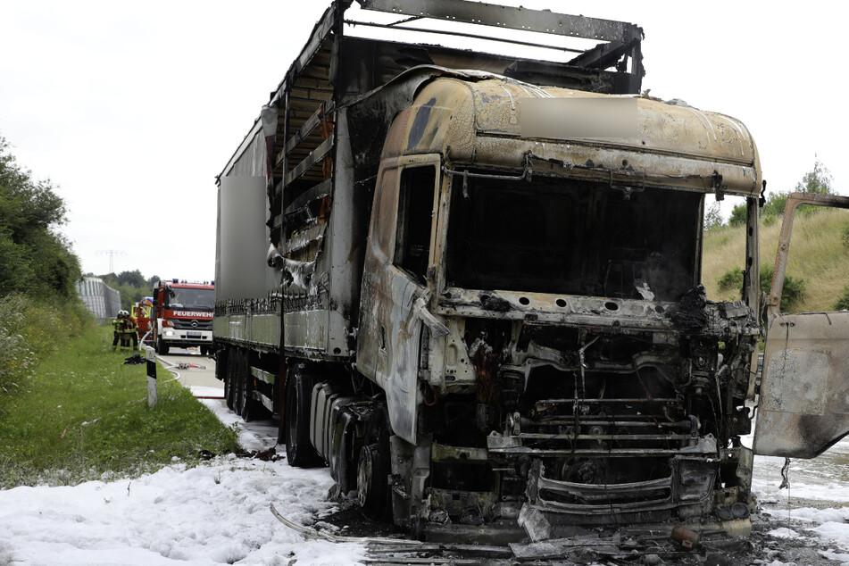 Die Fahrerkabine sowie Teile der Ladefläche brannten vollständig ab.