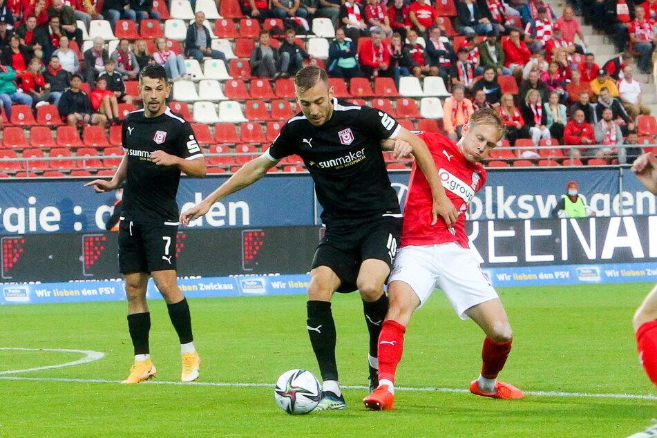 Maximilian Jansen (28, r., gegen Halles Michael Eberwein (25)) spielte am Mittwoch erstmals für den FSV. Am Samstag folgt seine zweite Partie beim TSV 1860 München.