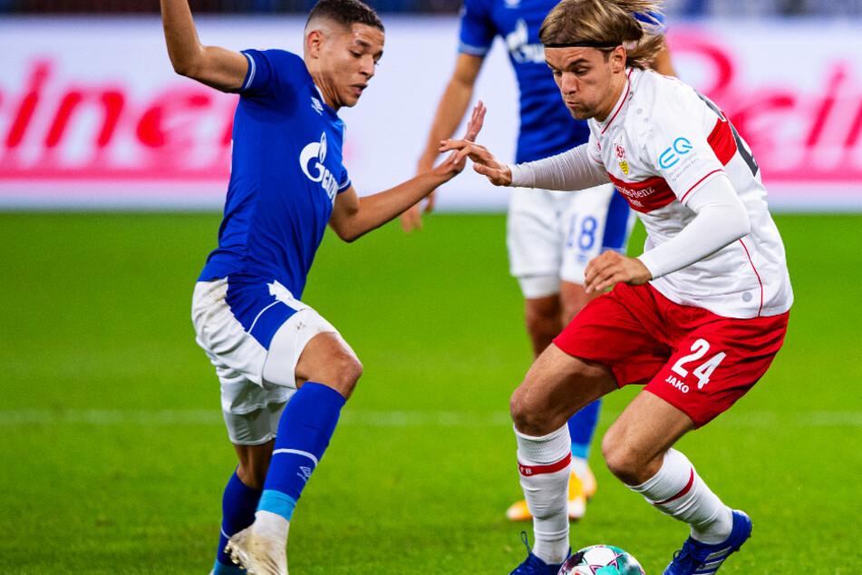 Stuttgarts Borna Sosa (r.) und Schalkes Amine Harit kämpfen um den Ball.