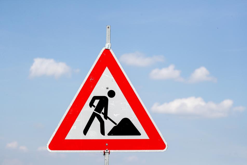 Ein Schild weist auf eine Baustelle hin. (Symbolbild)