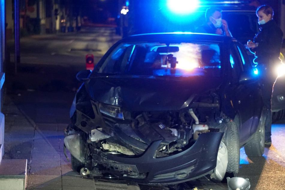 Corsa-Fahrer fährt Ampel um und flüchtet dann zu Fuß vom Tatort