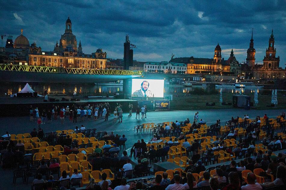Endlich wieder möglich: In einer Sommernacht Filme open air gucken - das Terrassenufer liefert die traumhafte Kulisse für die Filmnächte.