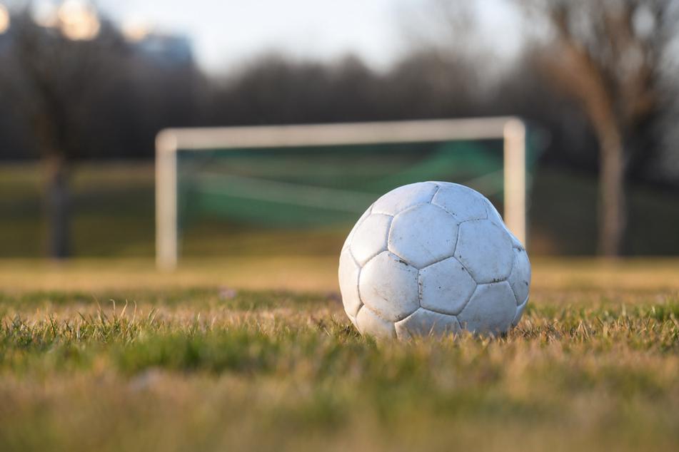 Ein Fußball liegt auf einem Fußballplatz. Wegen der Corona-Pandemie liegt der Breitensport seit Monaten am Boden. Vor allem die Kinder leiden unter der Bewegungslosigkeit. (Symbolbild)