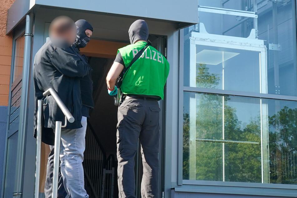 Ein Verdächtiger vor dem Wohnhaus in Grünau.