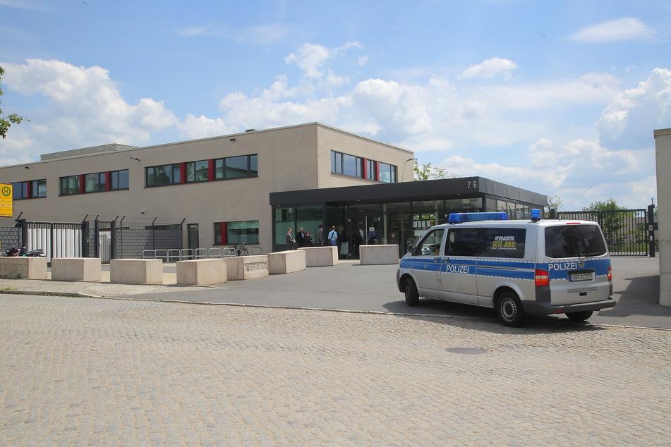 Im besonders gesicherten OLG-Gebäude am Dresdner Hammerweg findet das Staatsschutz-Verfahren statt.
