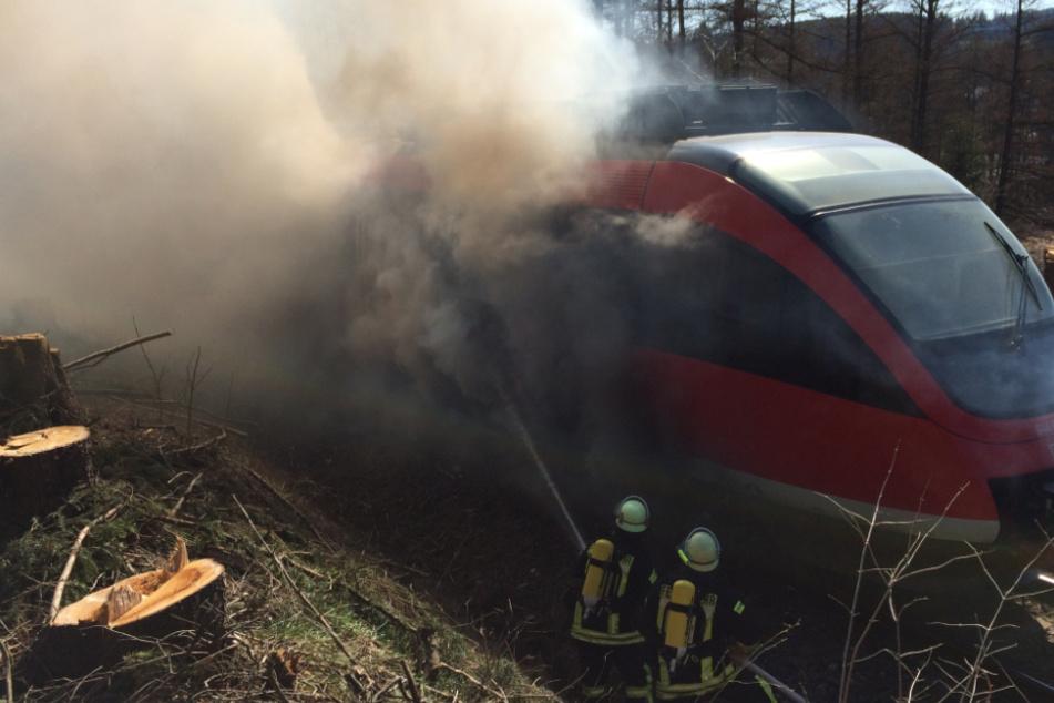 Alle vier Passagiere, der Zugbegleiter und der Lokführer hätten den gestoppten Zug am Montagnachmittag rechtzeitig verlassen können und seien unverletzt geblieben.