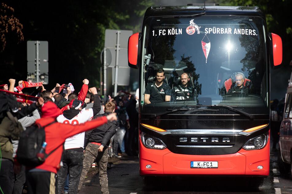Die Fans des 1. FC Köln begrüßen ihre Geißböcke lautstark zum Relegationsspiel gegen Holstein Kiel.