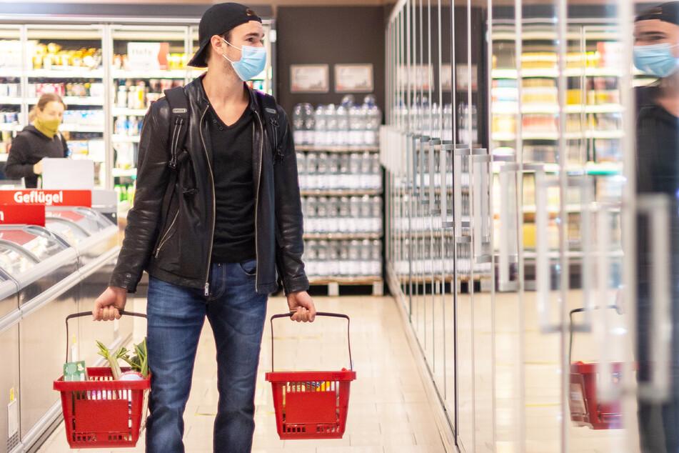In einzelnen Regionen Sachsens könnte schon bald die Maskenpflicht beim Einkaufen wieder aufleben. (Symbolbild)