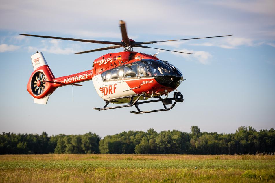 Eine schwer verletzte 18-Jährige musste mit dem Rettungshubschrauber ins Krankenhaus gebracht werden. (Symbolbild)