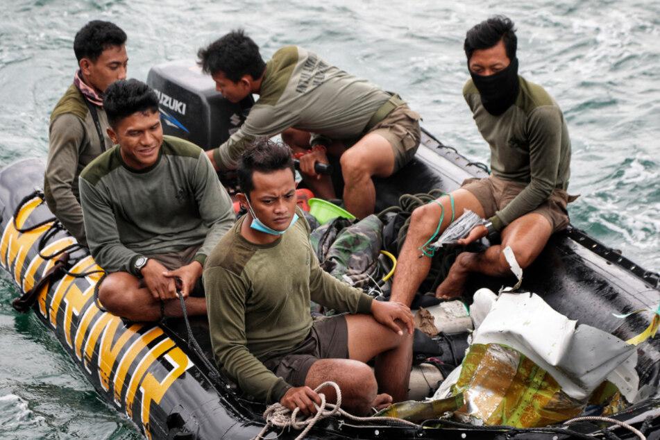 Turbinenteile nach Flugzeugabsturz vor Indonesien geborgen