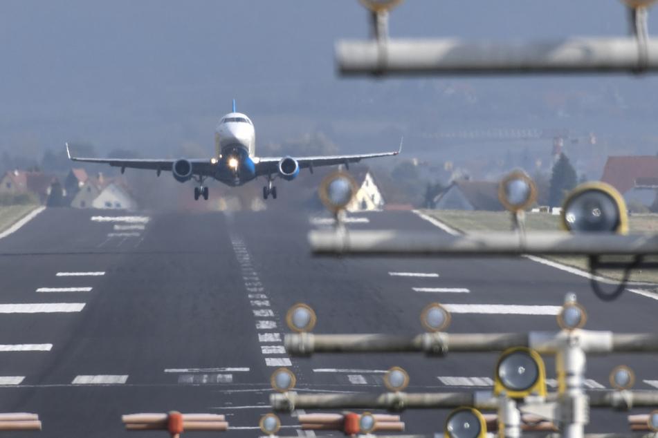 Ein Flugzeug einer Regionalfluggesellschaft startet vom Bodensee-Airport in Friedrichshafen aus.