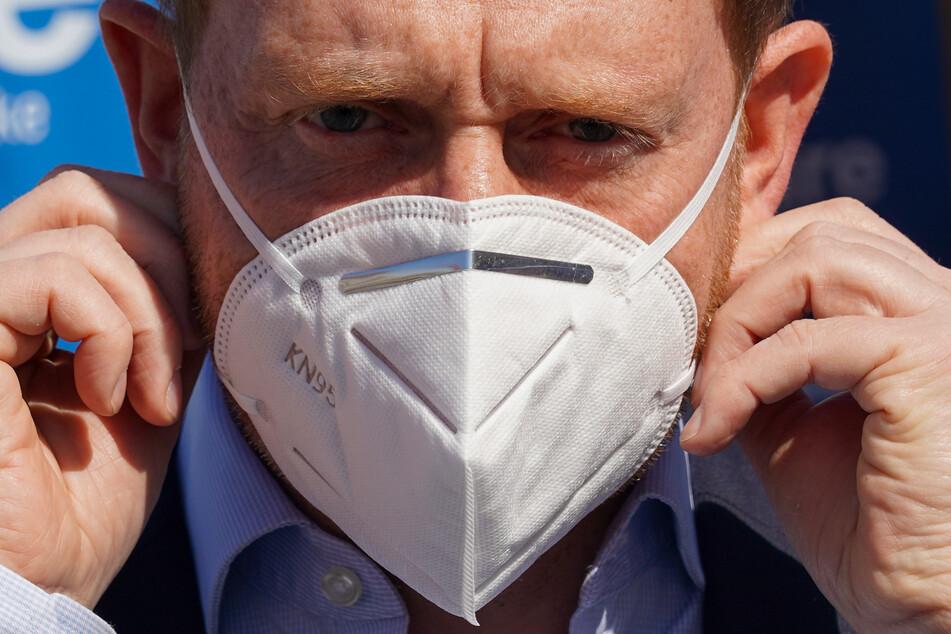 Sachsens Ministerpräsident Michael Kretschmer hat es bereits vorgemacht: Ab Montag gilt im Freistaat eine Maskenpflicht im ÖPNV und im Einzelhandel.