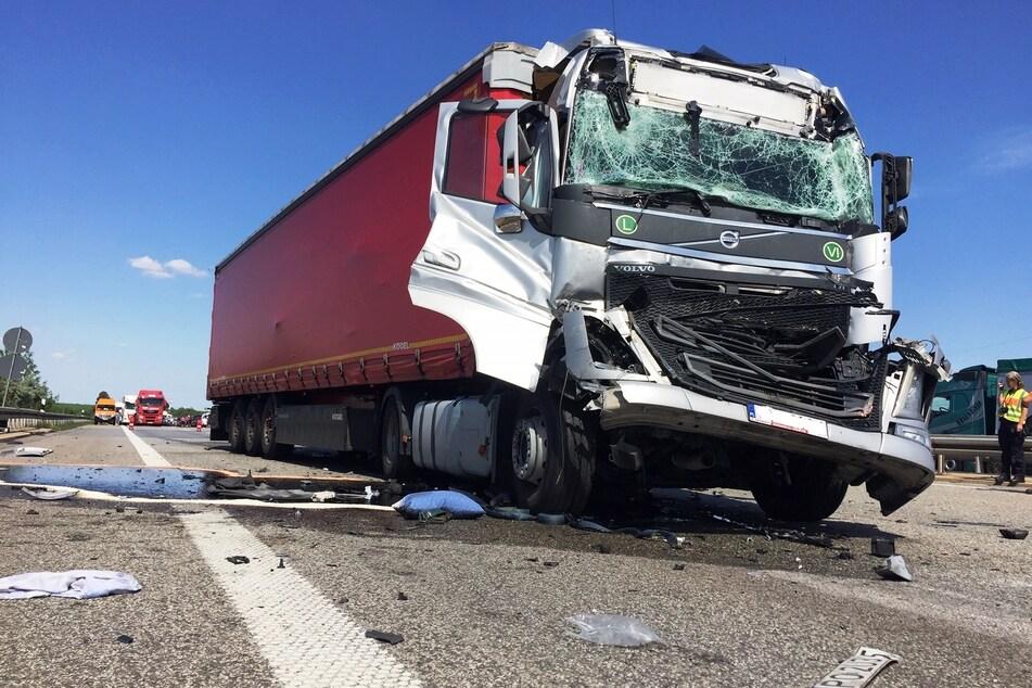 Vollsperrung auf der A9: Lastwagen-Unfall sorgt für Verletzte und Stau